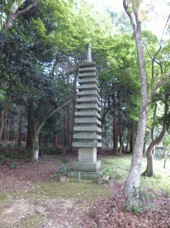 栢谷山「西林寺」 十三重の石塔